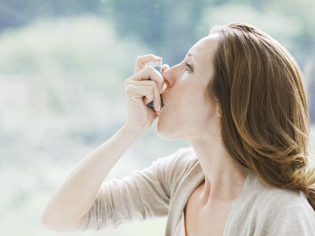 Foto: Una mujer usando un inhalador