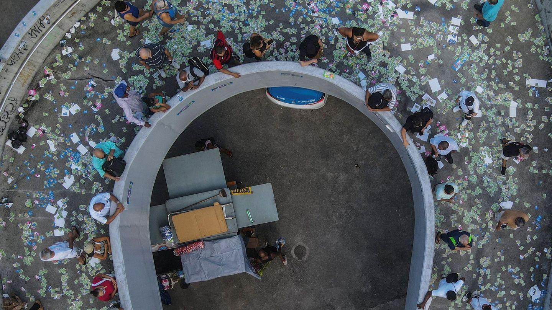 Fotografía aérea tomada con un dron que muestra a ciudadanos mientras hacen fila hoy para votar en un centro electoral de la favela de Rocinha, en Río de Janeiro (Brasil). (EFE)