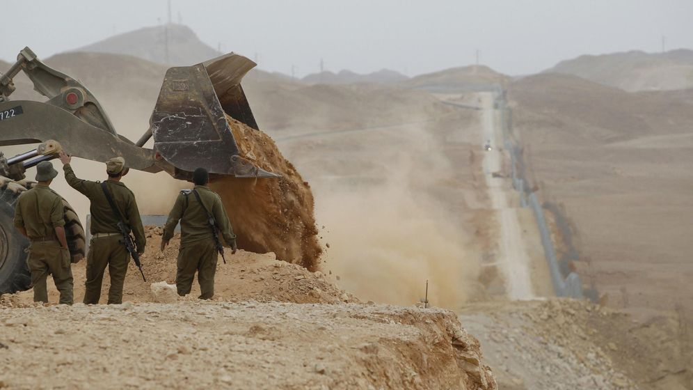 Foto: Soldados israelíes supervisan la construcción de una barrera en la frontera entre Israel y Egipto cerca de Eilat, en febrero de 2012 (Reuters)