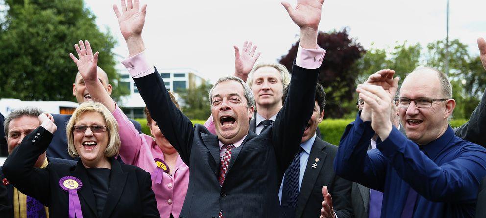 Foto: El líder del UKIP, Nigel Farage, celebra la victoria con sus concejales electos en Basildon, al sur de Inglaterra (Reuters).