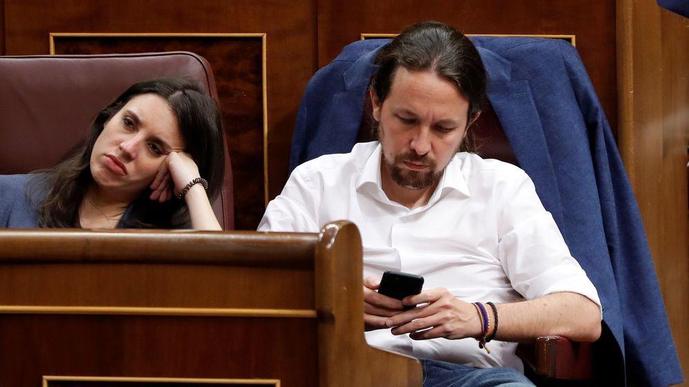 Foto: El líder de Podemos, Pablo Iglesias, y la portavoz de la formación morada, Irene Montero, en el Congreso. (EFE)