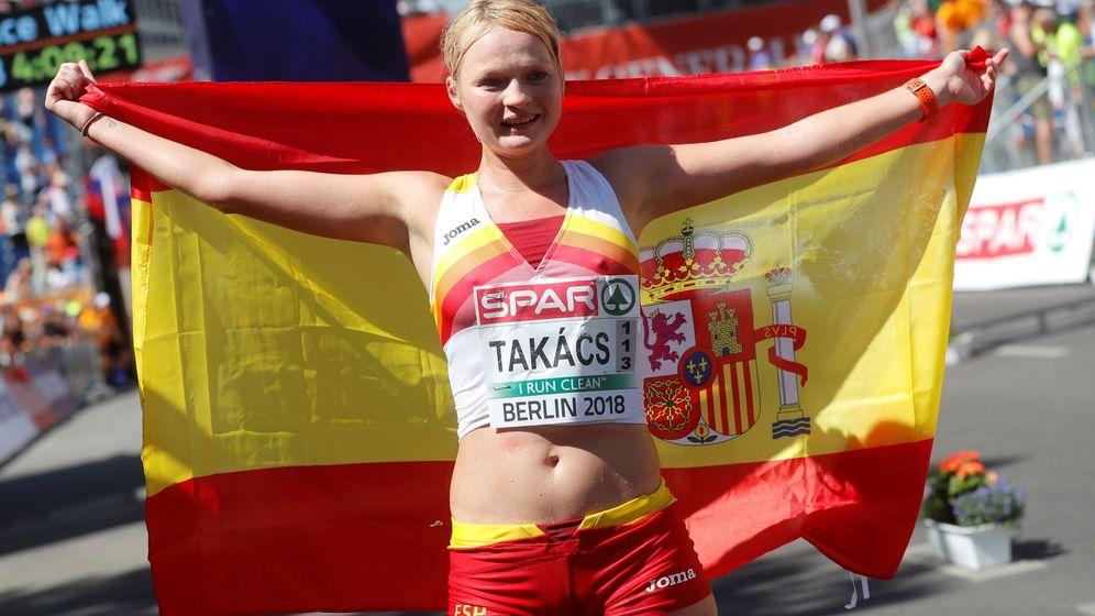 Foto: Julia Takacs posa con la bandera de España tras ganar el bronce en los 50 km marccha. (EFE)