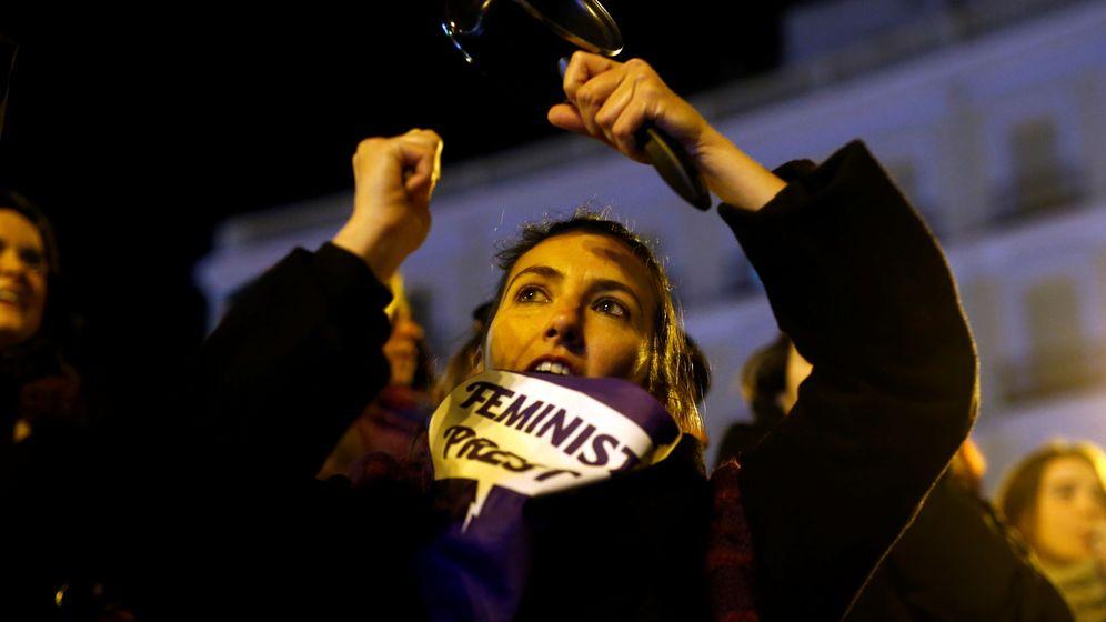 Foto: Cacerolada feminista en Madrid esta madrugada. (Reuters)