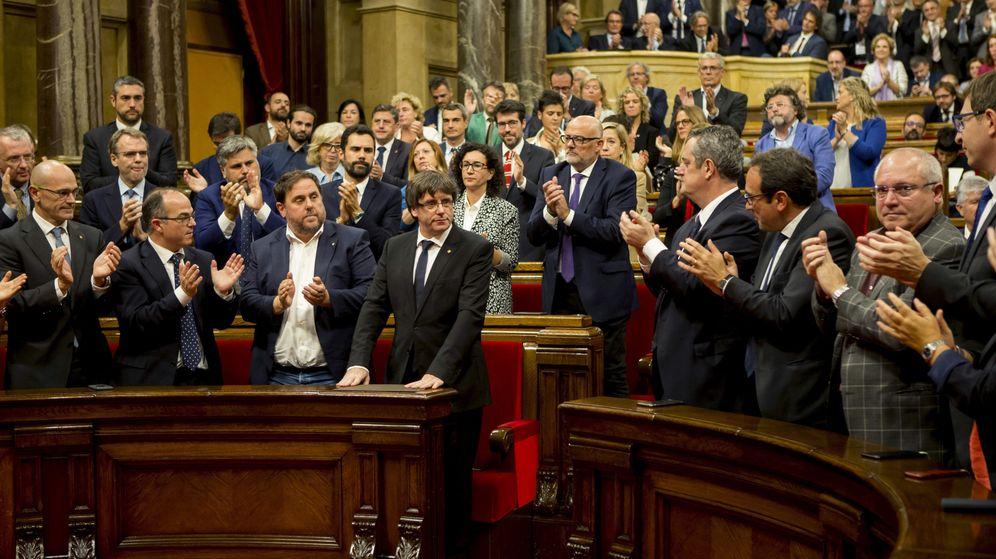 Foto: El presidente de la Generalitat, Carles Puigdemont (c), tras su discurso ante el pleno del Parlament el pasado 10 de octubre. (EFE)