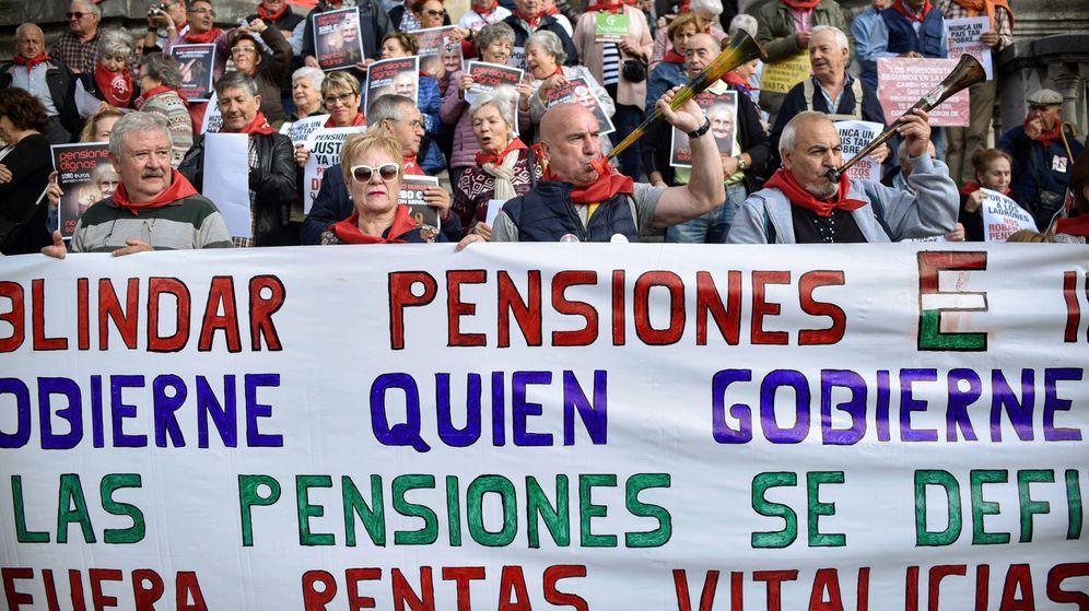 Foto: Pensionistas protestan ante el Ayuntamiento de Bilbao. (EFE)