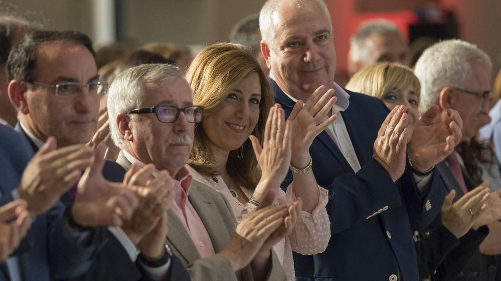 Foto: La presidenta andaluza, Susana Díaz (c), junto a los secretarios general y regional de CCOO, Ignacio Fernández Toxo (2i), y Francisco Carbonero (3d). (EFE)
