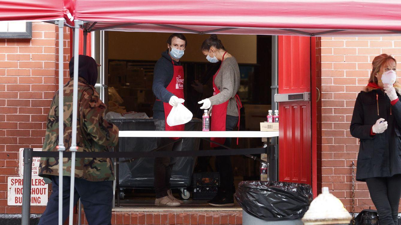 Foto: Voluntarios sirviendo comida en Nueva York (EFE)