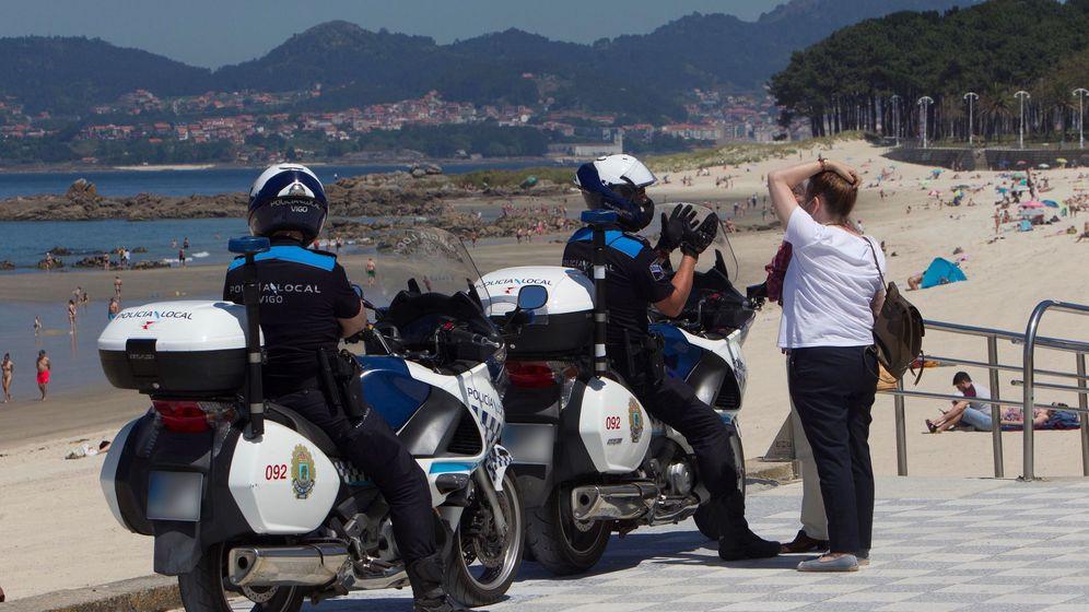 Foto: La Policía Local controla las Playa de Samil en Vigo. (EFE)