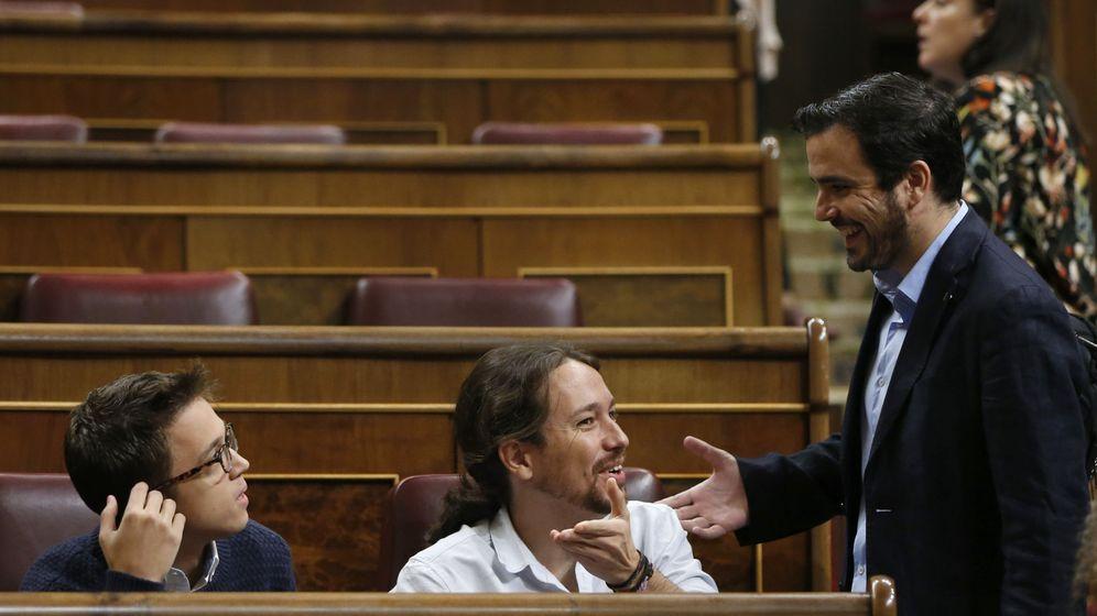 Foto: El líder de IU, Alberto Garzón (d), conversa con el secretario general de Podemos, Pablo Iglesias (c), y el portavoz parlamentario de Unidos Podemos, Íñigo Errejón (i), al inicio de un pleno. (EFE)