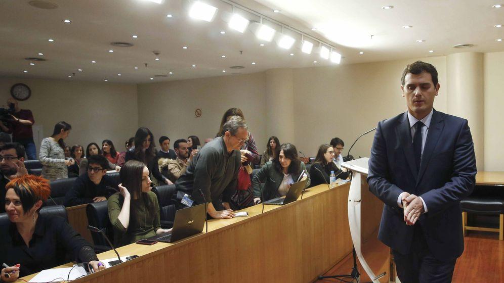 Foto: El presidente de Ciudadanos, Albert Rivera, finaliza una rueda de prensa en el Congreso de los Diputados. (EFE)