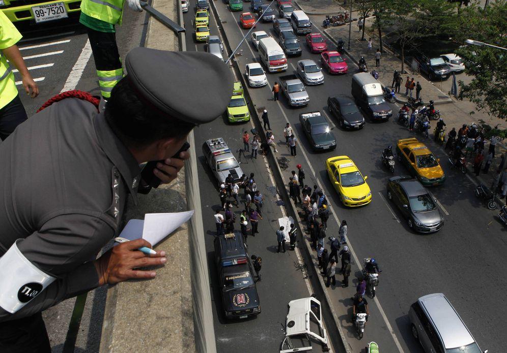 Foto: Un policía observa el lugar de un accidente desde un puente en Bangkok, el 27 de marzo de 2012 (Reuters)