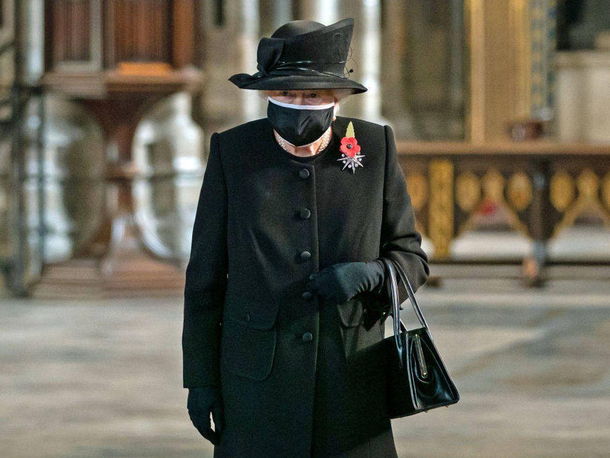 Foto: La reina Isabel II con mascarilla en público por primera vez. (Getty)
