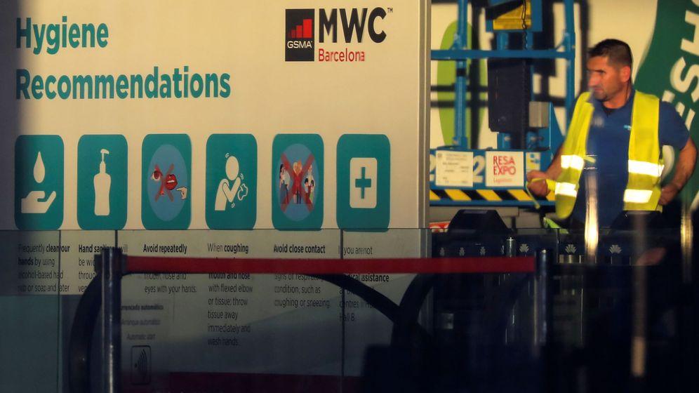 Foto: Un empleado al lado de un cartel del Mobile (Reuters)