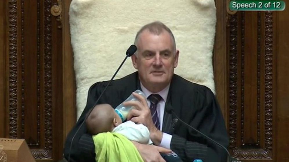 Foto: El presidente del Parlamento, Trevor Mallard, alimentando al bebé (Reuters)