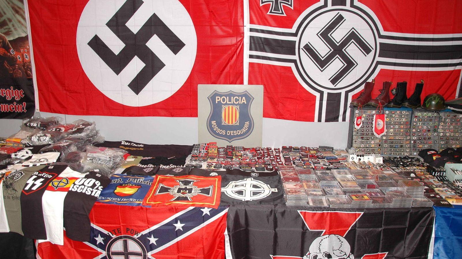 Foto: Fotografía cedida por los Mossos d'Esquadra del material incautado en una operación contra la producción y distribución de música neonazi. (EFE)