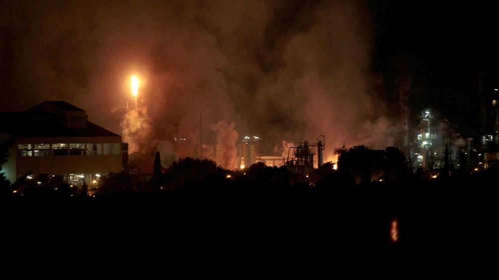 Foto: Una fuerte explosión en una industria del polígono sur de Tarragona. (EFE)