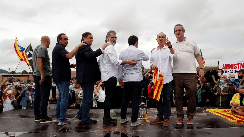 Salida de los dirigentes independentistas de la cárcel de Lledoners. (EFE)