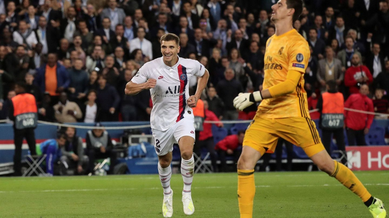 Courtois se lamenta tras el tercer gol del PSG. (Efe)