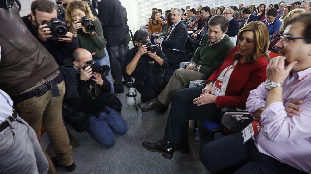 Foto: Susana Díaz, con Javier Fernández y Guillermo Fernández Vara, este sábado minutos antes del comienzo del comité federal del PSOE. (EFE)