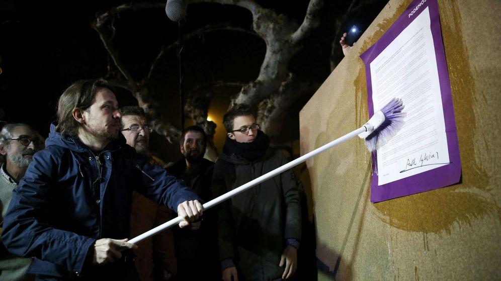 Foto: El líder de Podemos, Pablo Iglesias, pega un cartel de la formación durante el arranque de la campaña del 20-D en Villaralbo, Zamora. (EFE)