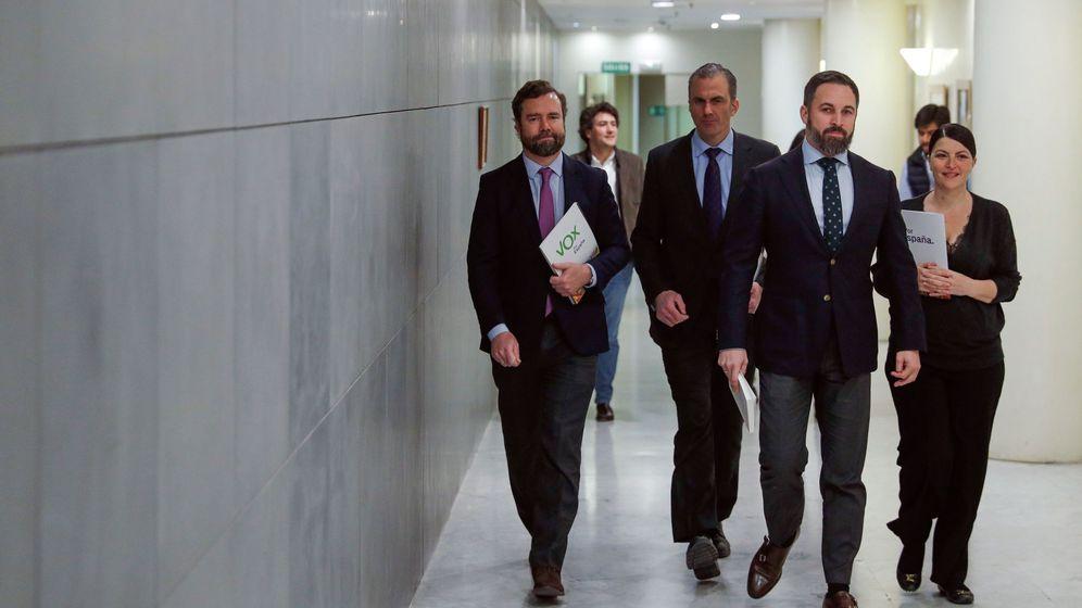 Foto: Santiago Abascal (2d), junto a los miembros de Vox Macarena Olona, Iván Espinosa de los Monteros (i) y Francisco Javier Ortega Smith (2i). (EFE)