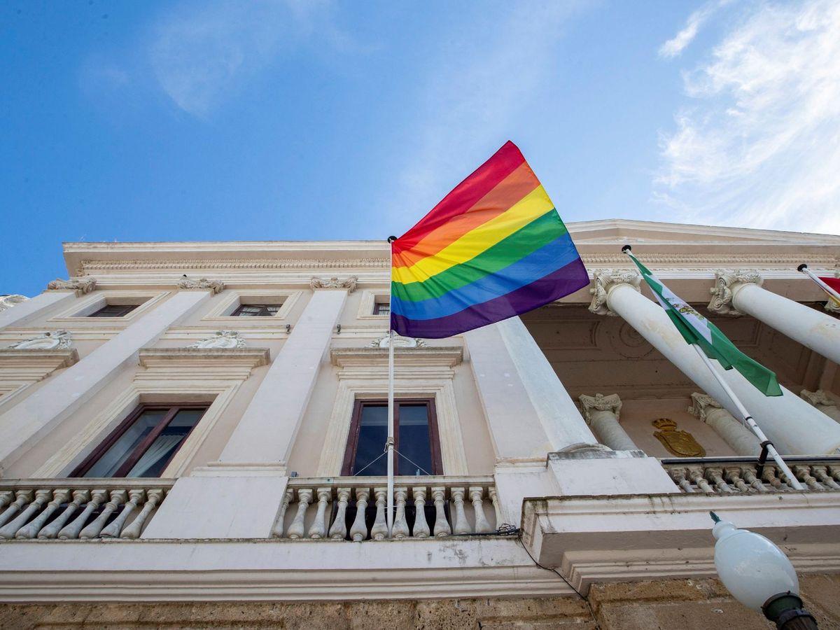 Foto: Cádiz ya tuvo que retirar la bandera LGTBI del Ayuntamiento (EFE/Román Ríos)