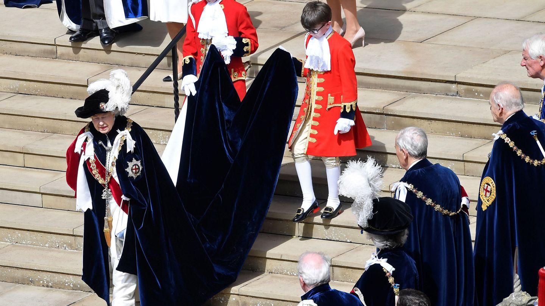 La reina vestida con el uniforme. (Reuters)