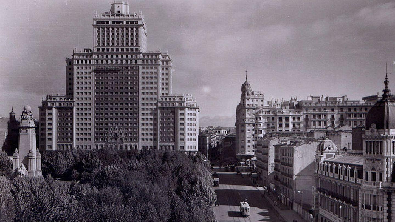 Vista del edificio España, en la década de los cincuenta (Anual, Wikimedia).