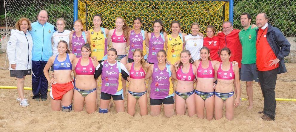 Foto: Imagen del equipo ganador, Getasur, y del segundo clasificado, Gijón Balonmano Playa (Facebook Suances Cup).