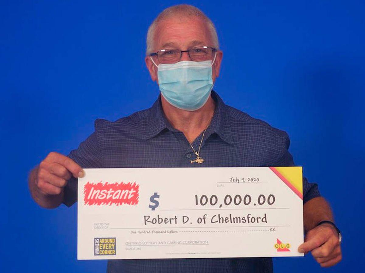 Foto: Robert Dagenais recibió su premio con todas las precauciones de seguridad (Foto: Ontario Lottery)