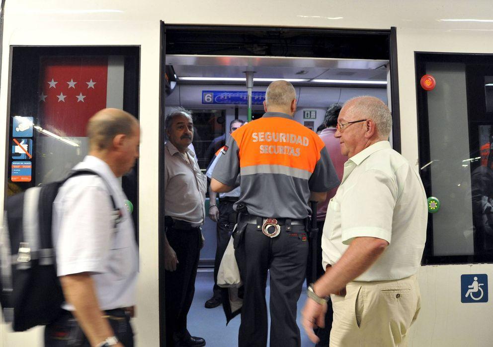 Foto: Vigilante de seguridad privada en el Metro de Madrid (EFE)