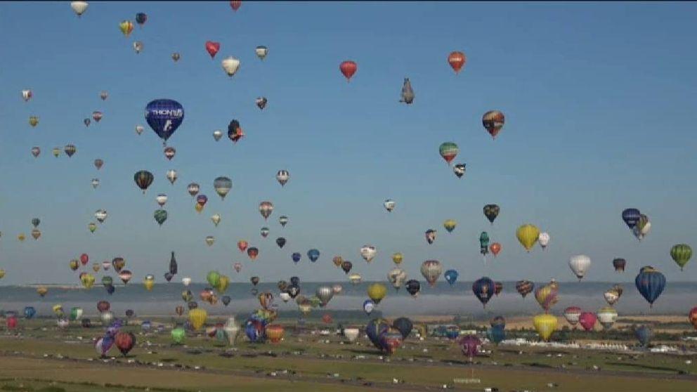 456 globos surcan el cielo en la mayor fiesta aerostática de Francia