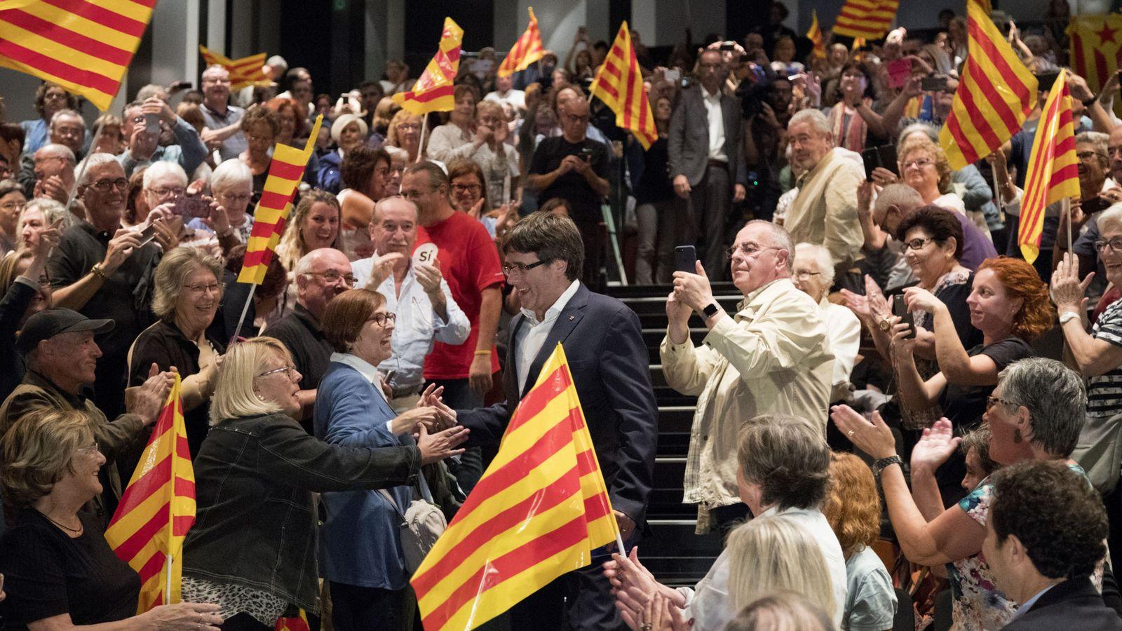 Foto: El presidente de la Generalitat, Carles Puigdemont (c), a su llegada al Teatro Principal de Badalona para participar en un acto del PDeCAT en favor del referéndum del 1-O. (EFE)