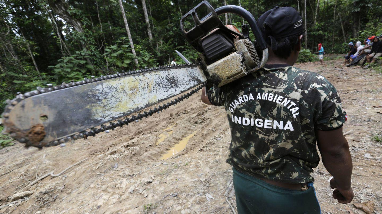Un miembro de la Guardia Ambiental Indígena transporta una motosierra incautada a madereros clandestinos, en el estado amazónico de Maranhao. (Reuters)
