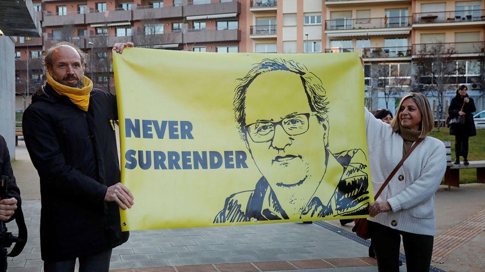 Foto: Unos manifestantes muestran su apoyo al presidente de la Generalitat, Quim Torra. (EFE)