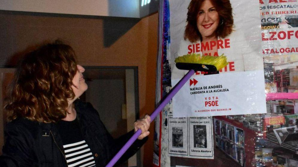 Foto: La candidata del PSOE a la alcaldía de Alcorcón, Natalia de Andrés, en la pegada de carteles. (Foto: PSOE Alcorcón)