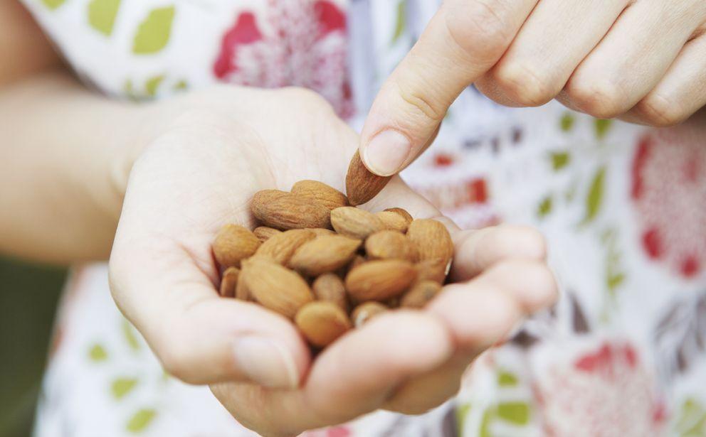 Foto: Si los consumimos con moderación, y en su forma natural, los frutos secos son sanísimos. (iStock)
