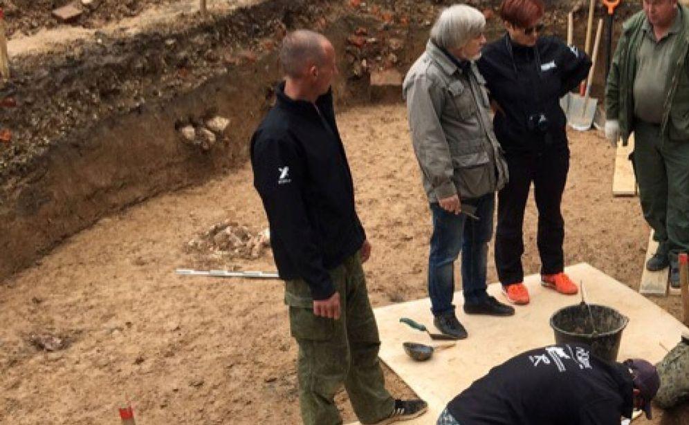 Foto: El equipo de arqueólogos, trabajando en el lugar donde fue enterrado Gudin. (Reuters)