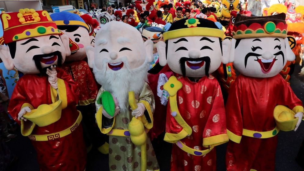Foto: Un grupo de personas celebra el Año Nuevo Lunar en las calles. (EFE)