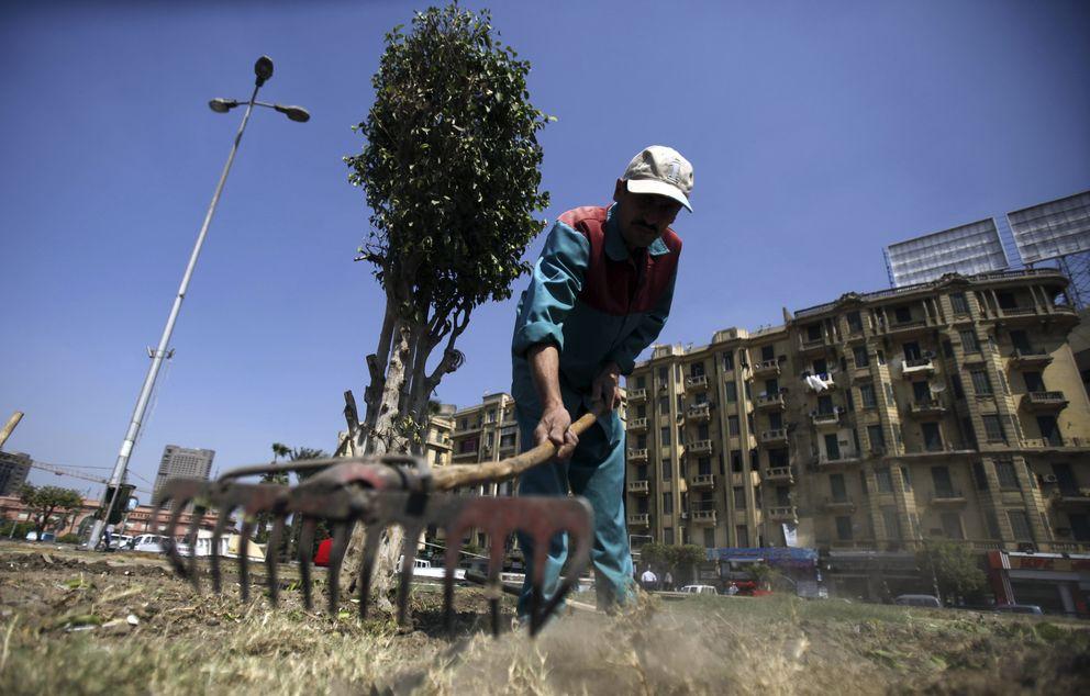 Un hombre trabaja en unas obras en la Plaza Tahrir, en El Cairo (Reuters).