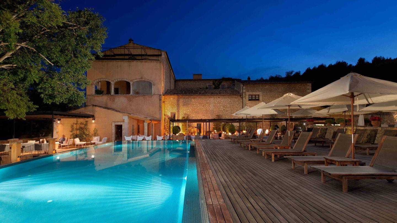 Un hotel con piscina rodeado de olivos centenarios.