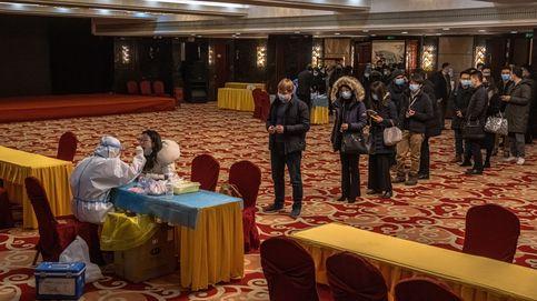 Pruebas PCR antes de entrar a una rueda de prensa en Beijing