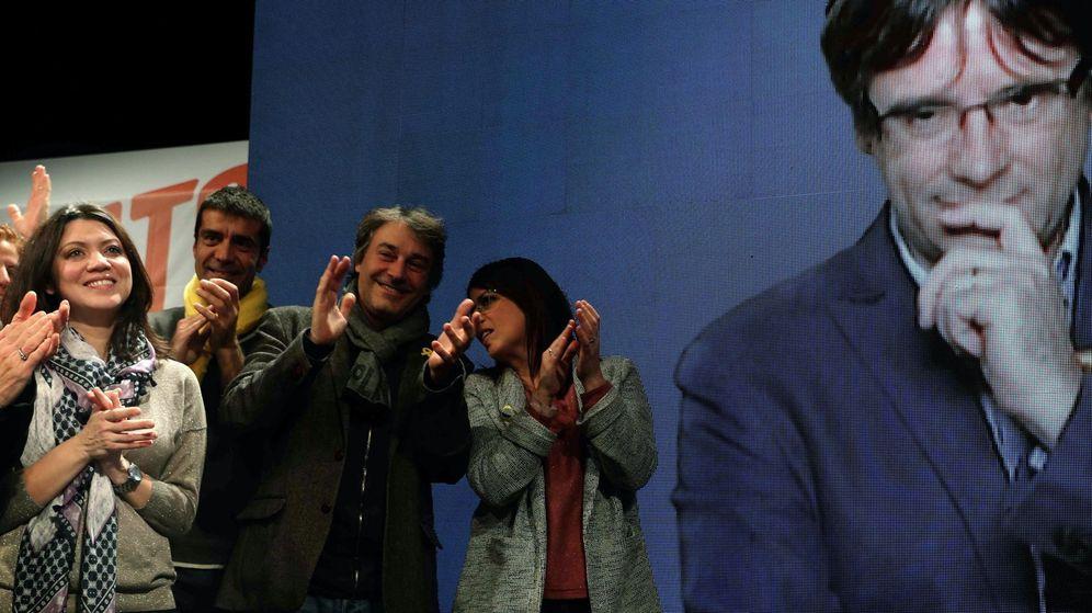 Foto:  La esposa de Carles Puigdemont, Marcela Topor (i), al finalizar el mitin de Junts per Catalunya en Girona. (EFE)