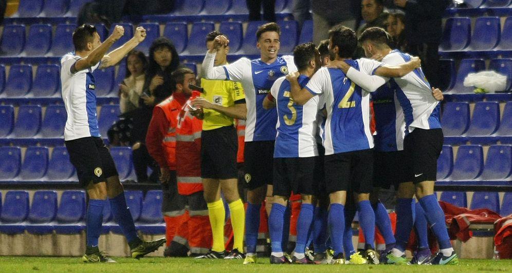 Foto: Los jugadores del Hércules celebran el gol que abrió el marcador. (EFE)