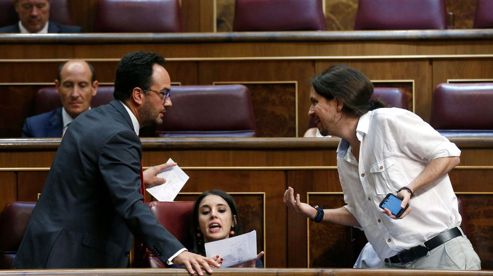 Foto: El portavoz del PSOE en el Congreso, Antonio Hernando, conversa con el líder de Podemos, Pablo Iglesias, ante la presencia de la portavoz de esta formación, Irene Montero. (Reuters)