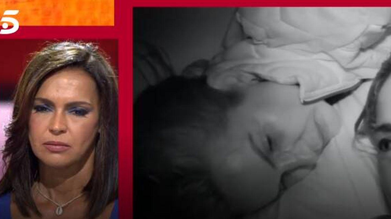 Olga Moreno, viendo sus imágenes en 'Supervivientes'. (Mediaset)