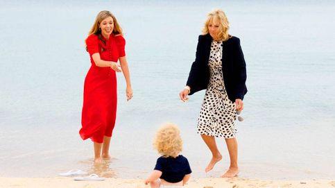 Con chanclas y a lo loco: la tarde de bebés y playa de Carrie Symonds y Jill Biden