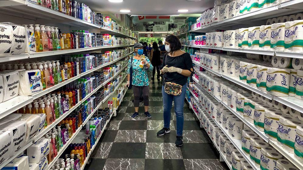 Foto: Un grupo de personas en un supermercado. (EFE)