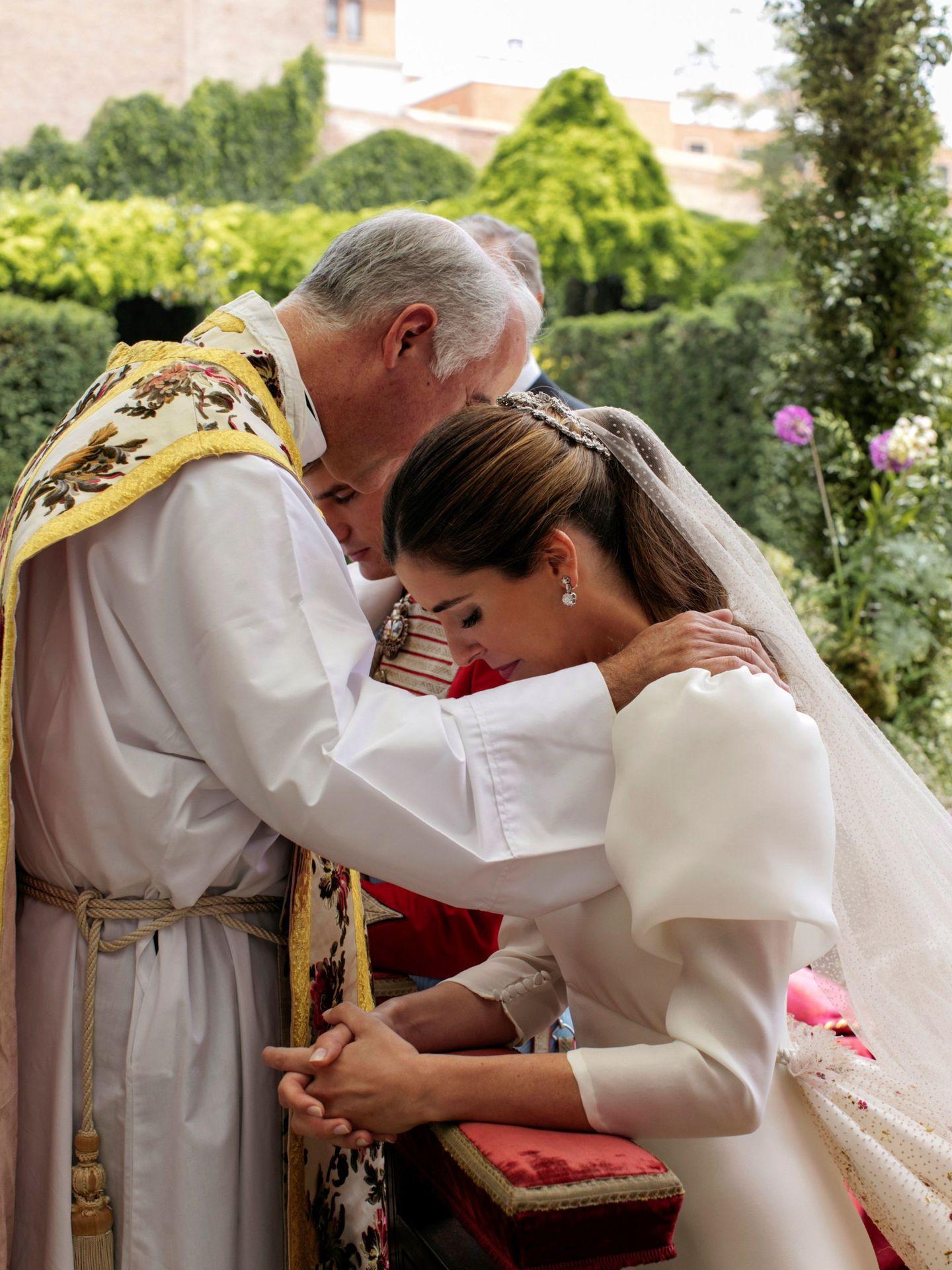 El sacerdote Sánchez-Dalp, con los novios. (Alejandra Ortiz/EFE)