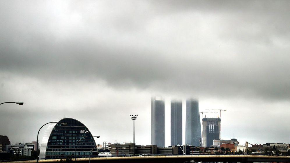 Foto: Sede de BBVA en Madrid, con la Torre de PwC de fondo. (EFE)